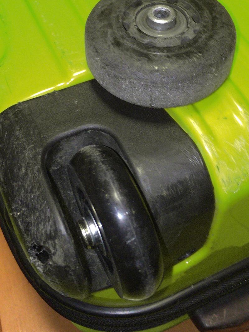 本来修理不可のタイヤを修理完了したスーツケース